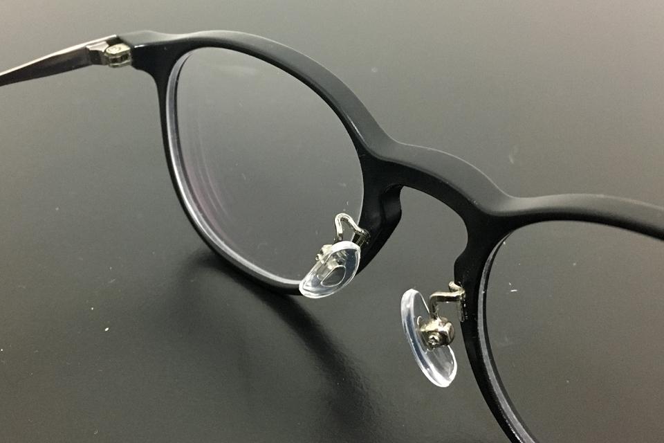 鼻パッドを修理したJINSのメガネ